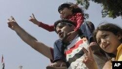 這個敘利亞家庭星期天在開羅呼喊反阿薩德的口號