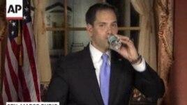 Marco Rubio ya ha alcanzado la botella de agua, interrumpiendo su discurso. (Imagen tomada de la televisión).