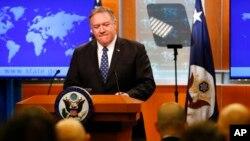 2020年1月7日,美国国务卿蓬佩奥在首都华盛顿国务院的记者会上正在听取有关伊朗问题的提问。