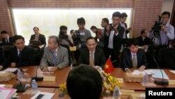 Thứ trưởng Ngoại giao Việt Nam Lê Hoài Trung (giữa) tham dự cuộc họp bàn chuyện phân định biên giới với Campuchia, tại Phnom Penh, 29/8/2016.