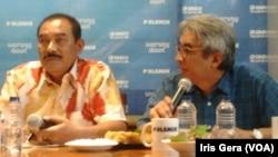 Pengamat kepolisian, Irjen Polisi (Purn) Sisno Adiwinoto (kiri) dan anggota tim 9, Imam Prasodjo (kanan) menjadi pembicara dalam diskusi mengenai Polri dan KPK di Jakarta, Sabtu, 21 Februari 2015 (Foto: VOA/Iris Gera).
