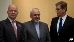 Menlu Inggris William Hague (kiri), Menlu Iran Mohammad Javad Zarif dan Menlu Jerman Guido Westerwelle (kana) di Jenewa, 9 November 2013 (Foto: dok).