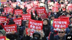 Протестующие призывают к импичменту президента Пак Кын Хе, возле Конституционного Суда в Сеуле, Южная Корея, 10 марта 2017.