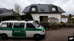 Sebuah kendaraan polisi diparkir di depan kediaman keluarga Andreas Lubtiz di Montabaur, Jerman (26/3).