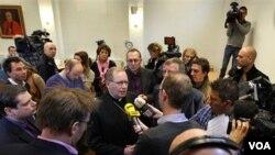 Uskup Utrecht di Belanda, Wim Eijk (tengah) menyampaikan permintaan maaf atas pelecehan seksual terhadap anak-anak di lingkungan gereja Katholik Belanda (16/12).