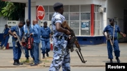 Un policier burundais sur la scène d'une attaque à la grenade à Bujumbura, le 15 février 2016. (REUTERS/Evrard Ngendakumana)