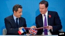 Fransa Cumhurbaşkanı Sarkozy ve İngiltere Başbakanı Cameron savunma anlaşmasını imzalarken