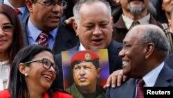 Presiden Dewan Konstituante Venezuela Delcy Rodriguez (kiri) berbincang dengan Wakil Presiden Pertama Dewan Aristobulo Isturiz (kanan) dan anggota Dewan Diosdado Cabello saat menghadiri sidang pertama Dewan Konstituen. (Foto:file)