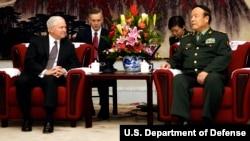 2007年11月5日前中央军委副主席、前政治局委员郭伯雄(右)在北京和美国国防部长罗伯特·盖茨(左)会见(美国国防部照片)