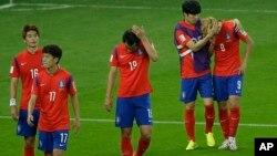 22일, 알제리와의 경기에서 패한 한국 선수들이 침통한 표정으로 경기장을 나오고 있다.