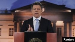 ປະທານາທິບໍດີ ໂຄລົມເບຍ ທ່ານ Juan Manuel Santos ກ່າວຕໍ່ບັນດານັກຂ່າວທີ່ the Narino ບ້ານພັກຂອງ ປະທານາທິບໍດີ ໃນກຸງ Bogota ທີ່ 27, ສິງຫາ 2012.