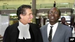 Léon Mugesera (r), considered to be one of the instigators of the 1994 Rwandan genocide, with his lawyer (file photo).