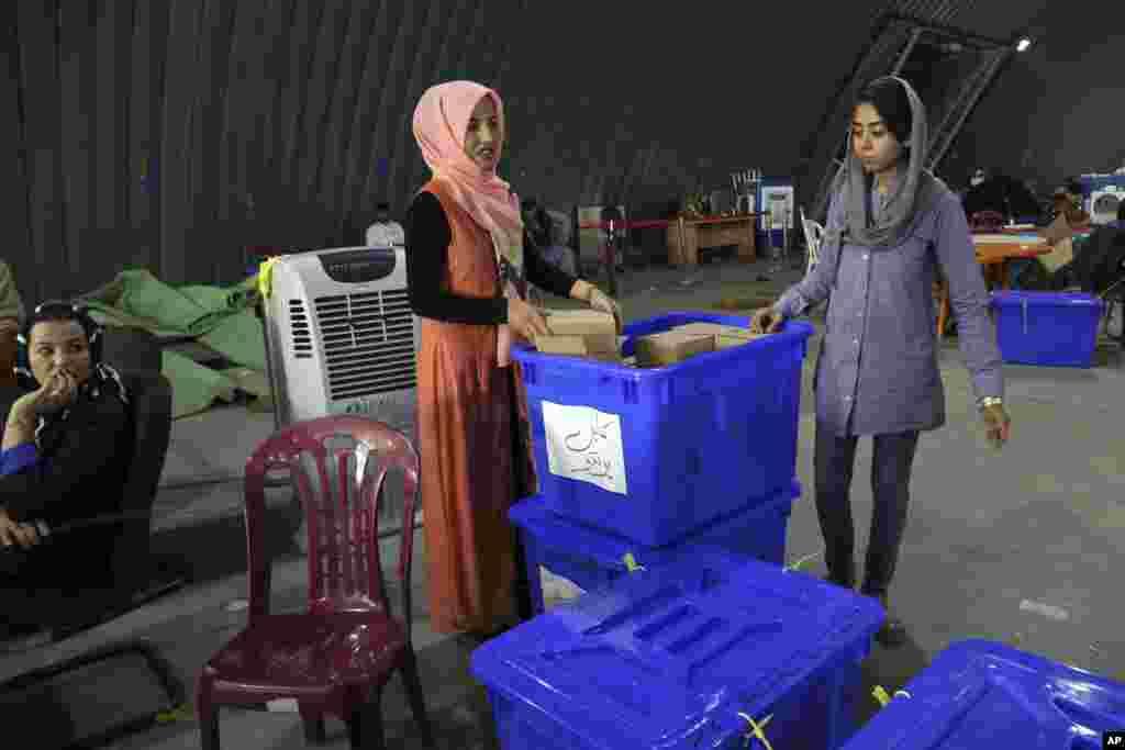 کمتر از دو هفته تا انتخابات ریاست جمهوری افغانستان مانده و تدارکات کمیسیون انتخاباتی شدت یافته است. حدود ۱۰۰ هزار نفر امنیت این انتخابات را برعهده دارند.