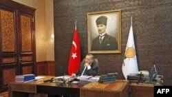 Реджеп Эрдоган в рабочем кабинете на фоне портрета основателя Турецкой республики Ататюрка.