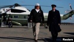 도널드 트럼프 미국 대통령이 10일 텍사스 국경 지역을 방문하기 위해 메릴랜드 앤드루스 공군기지에서 전용기로 향하고 있다.