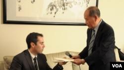 Bác sĩ Nguyễn Quốc Quân trao thư của Bác sĩ Nguyễn Đan Quế cho Phó Trợ lý Ngoại trưởng Mỹ Daniel Baer. (Ảnh: Hoài Hương - VOA)