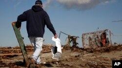 Уборка пластиковых ведер и бутылок с побережья (архивное фото)