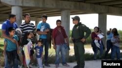 Agent pogranične patrole Serhio Ramirez razgovara sa migrantima koji ilegalno prelaze granicu iz Meksika u SAD (arhivski snimak)