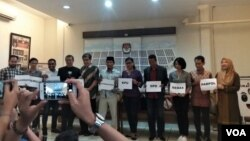 Koalisi Masyarakat Demokrasi Indonesia menuntut polisi untuk tidak menindaklanjuti laporan Ketua Umum Hanura Oesman Sapta Odang terhadap semua komisioner KPU, Rabu (30/1). (VOA/Fathiyah)