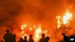 Požar na mestu sudara autobusa i naftnog tankera u Pakistanu