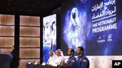 Astronot Uni Emirat Arab, Sultan al-Neyadi (kanan) dan Hazza al-Mansoori (kedua dari kanan) memberi keterangan pers di Dubai, Uni Emirat Arab, Senin, 25 Februari 2019.