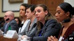 Para transgender anggota militer AS memberikan kesaksian di hadapan Komisi Angkatan Bersenjata Kongres AS di Capitol Hill, Washington DC bulan lalu (foto: dok).