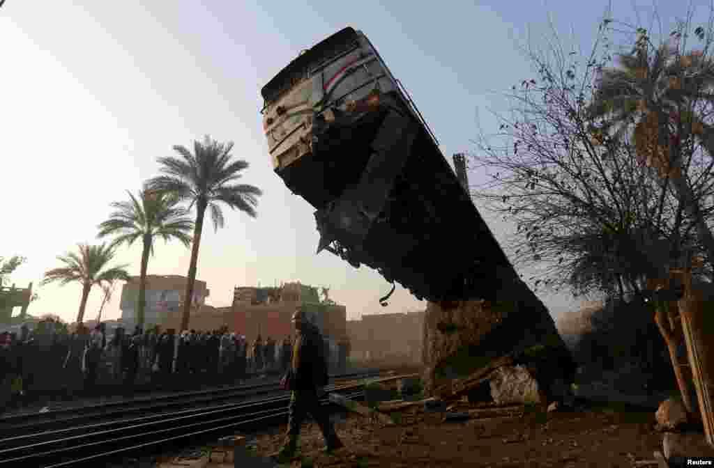 이집트 카이로에서 탈선 사고가 난 열차의 잔해를 치우고 있다.