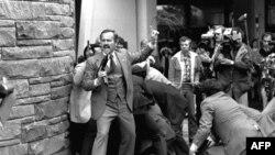 Телохранители прикрывают президента Рональда Рейгана в момент покушения