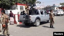 Pasukan keamanan Afghanistan melakukan penjagaan di bandara internasional Kabul, Minggu (15/8).