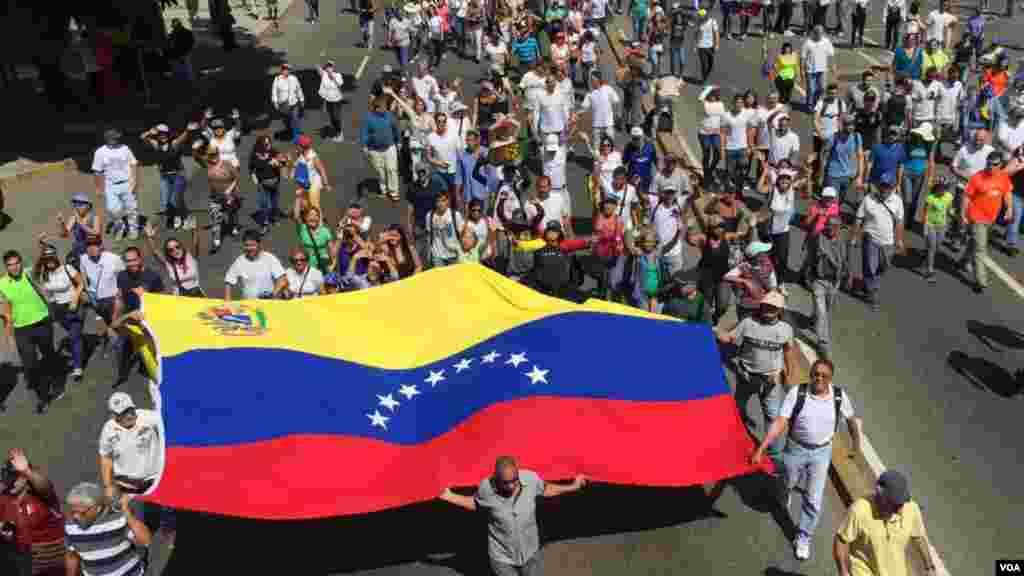 Los venezolanos salieron este sábado a las calles para mostrar el respaldo al presidente encargado Juan Guaidó y para protestar contra el presidente en disputa, Nicolás Maduro.