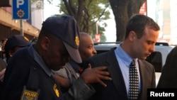 Pistorius đối mặt với tội giết người vì đã bắn chết bạn gái Reeva Steenkamp tại tư gia ở Pretoria vào ngày 14 tháng 2.