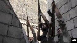 시리아 최근 제2도시 알레포에서 정부군과 교전을 벌이는 반군 병사들