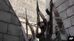 Anggota kelompok pemberontak Tentara Pembebasan Suriah dalam pertempuran di Aleppo, Sabtu (1/9). (Foto: Dok)