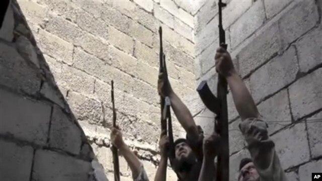 Sirijski pobunjenici tokom borbi sa vladinim snagama u Alepu