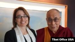2014年2月21日,时任美国国务次卿兼西藏事务特别协调员莎拉•休厄尔与西藏精神领袖达赖喇嘛举行会晤。