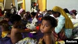 Seorang anak yang diyakini sebagai seorang Rohingya, makan di tempat penampungan setelah diselamatkan bersama ratusan lainnya di Lhoksukon, Aceh, 12 Mei 2015.