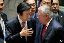 윤병세 한국 외교부 장관(왼쪽)과 렉스 틸러슨 미국 국무장관이 28일 유엔 안보리 회의에서 대화하고 있다.