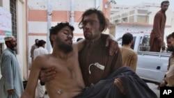 ایک شخص زخمی ہونے والے ایک کانکن کو ہسپتال پہنچا رہا ہے۔