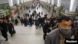 지난 4월 평양 주민들이 지하철을 이용하고 있다.