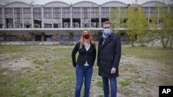 Wali Kota Budapest Gergely Karacsony (kanan) dan Krisztina Baranyi, Wali Kota Distrik ke-9 Budapest berfoto di lokasi yang aka dibangun kampus Universtas Fudan dari China, di Budapest, Hungaria.
