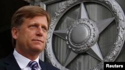 ພາບທ່ານ Michael McFaul ຊຶ່ງໃນເວລານັ້ນ ຍັງເປັນ ເອກອັກຄະລັດຖະທູດ ສະຫະລັດ ທີ່ກຳລັງອອກຈາກ ກະຊວງຕ່າງປະເທດຣັດເຊຍ ທີ່ນະຄອນມົສກູ ວັນທີ 15 ພຶດສະພາ, 2013.