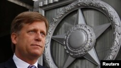 2013年5月15日美国驻俄大使迈克尔•麦克福尔走出了俄罗斯外交部。