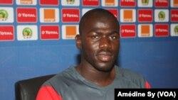Le défenseur des lions Khalidou Coulibaly à la conference de presse d'avant match, à Franceville, au Gabon, le 18 janvier 2017.