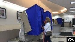 Las votaciones abrieron a las seis y siete de la mañana y cierran a las ocho de la noche. [Foto: Celia Mendoza, VOA].