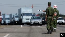 Ðoàn xe tải cứu trợ của Nga tại Rostov-on-Don, khoảng 28km từ biên giới Ukraine, ngày 14/8/2014.