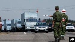 Konvoi truk putih dengan bantuan kemanusiaan tampak di sekitar 28 kilometer dari perbatasan Ukraina, di wilayah Rostov-on-Don, Rusia, Kamis, 14 Agustus 2014.