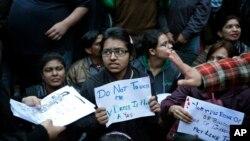 Para pelajar dan mahasiswa perempuan di India melakukan unjuk rasa menuntut hukuman keras kepada tersangka kasus perkosaan di New Delhi (foto: dok).