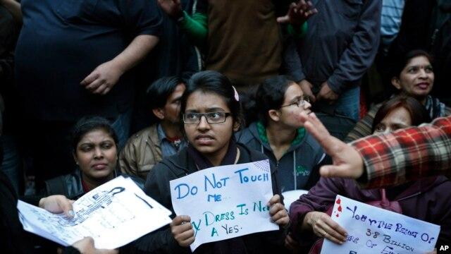 Sinh viên Ấn Độ biểu tình phản đối vụ cưỡng hiếp tàn bạo một phụ nữ ở New Delhi.
