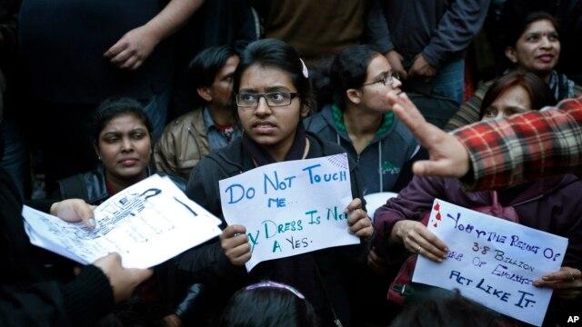Pelajar India berpartisipasi dalam protes atas  perkosaan brutal terhadap seorang perempuan di bis, menuntut ditegakkannya  hak-hak perempuan, di New Delhi (16/1).