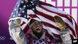 Atlet Amerika Serikat Sage Kotsenburg merayakan kemenangannya setelah berhasil merebut medali emas untuk nomor snowboard slopestyle putra (papan luncur salju) di Rosa Khutor Ekstrim Park, Olimpiade Musim Dingin 2014, Krasnaya Polyana, Rusia (8/2).
